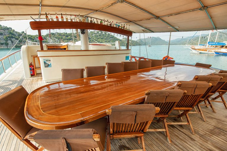 Deck-seating-area-and-bar